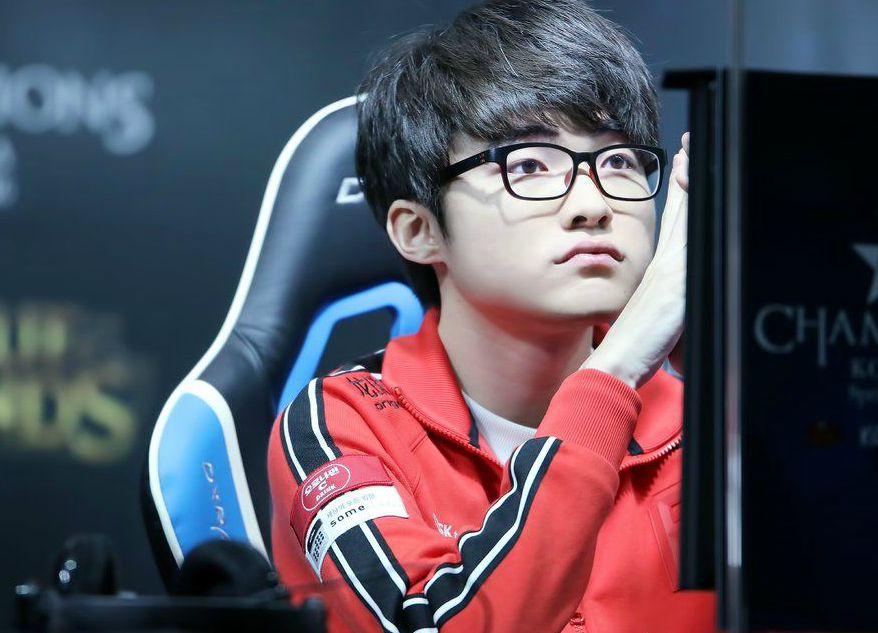 Lee Sang-Hyeok playing game