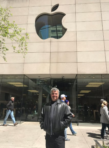 Eddy Cue infront of Apple Store