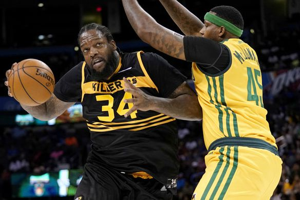 Eddy Curry showing his skills in a match