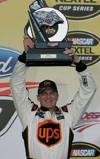 Dale Jarrett lefting his award after winning the race