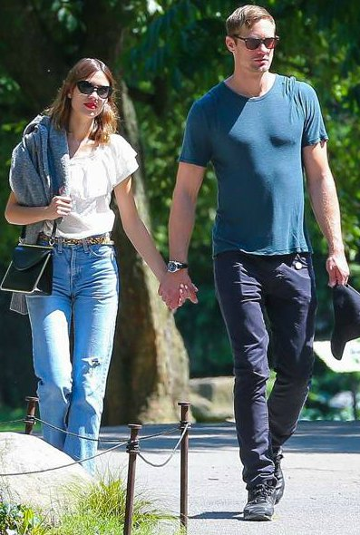 alexander skarsgard holding hands in park with his ex-girlfreind Alexa Chung