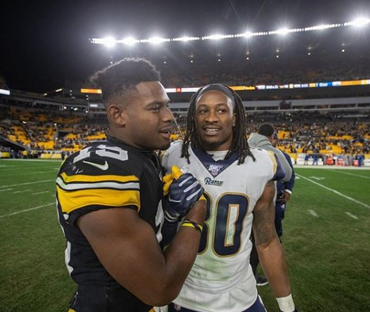 Todd Gurley handshaking with opponent player after the match