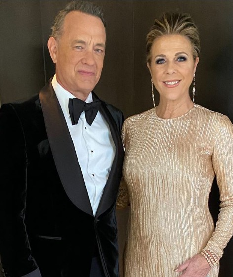 Rita Wilson with her husband Tom in an award show