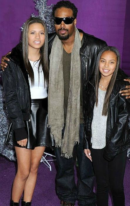 Shawn Wayans clicking picture with his daughters