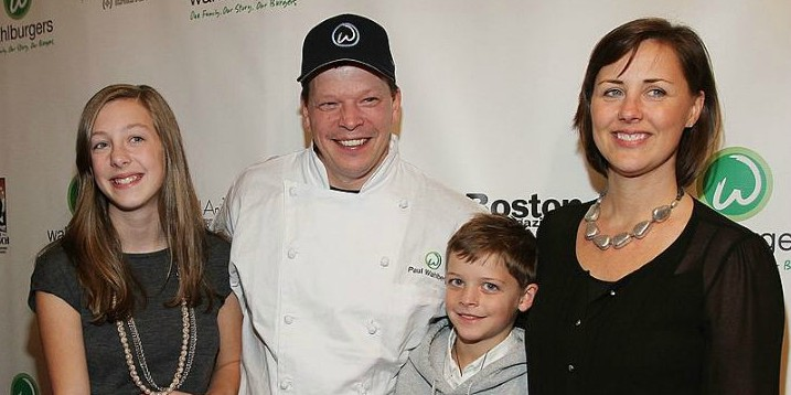 Paul Wahlberg with his wife and kids