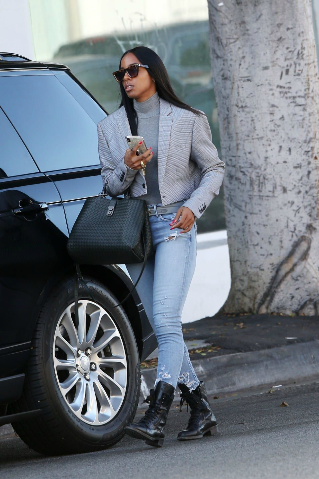 Tim Weatherspoon's wife Kelly coming out her car