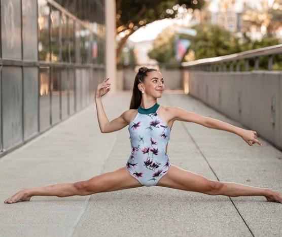 GiaNina Paolantonio clicking picture doing split