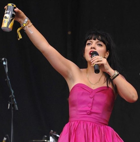 Lily Allen signing the song in the stage