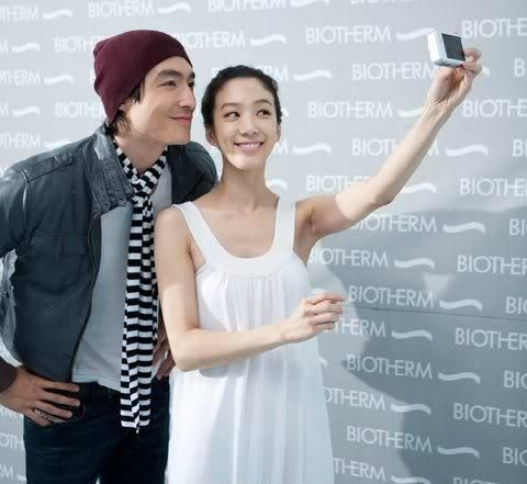 Daniel Henney clicking picture with actress Jung Ryeo-won