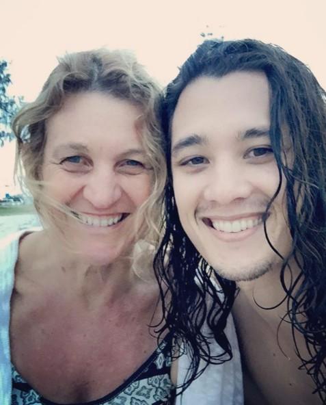 Chai Hansen clicking selfie with her mother