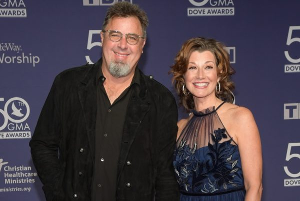 Caption : Vince Gill his with wife Amy Grant
