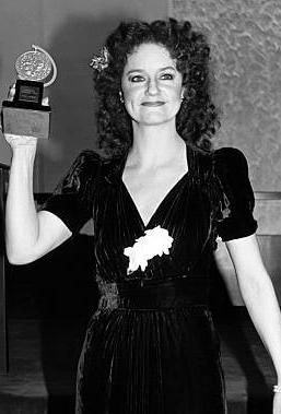 Swoosie Kurtz posing with her award