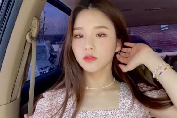 HeeJin posing inside her car
